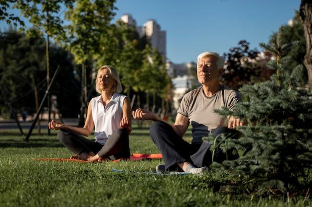 Starsza Para ćwiczy Jogę Na Zewnątrz Darmowe Zdjęcia