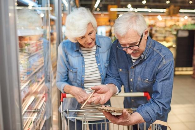 Starsza Para Czytanie Listy Zakupów Premium Zdjęcia
