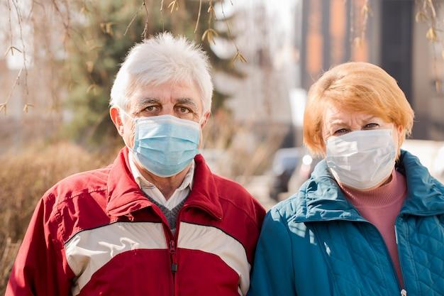 Starsza Para Ludzi W Maskach Ochronnych Premium Zdjęcia