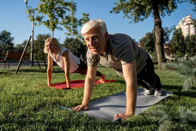 Starsza Para Praktykujących Jogę Na świeżym Powietrzu Darmowe Zdjęcia