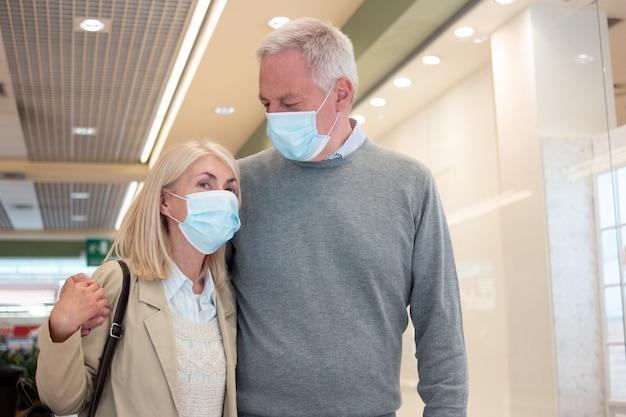 Starsza Para Razem Na Zakupach Podczas Pandemii Koronawirusa Premium Zdjęcia