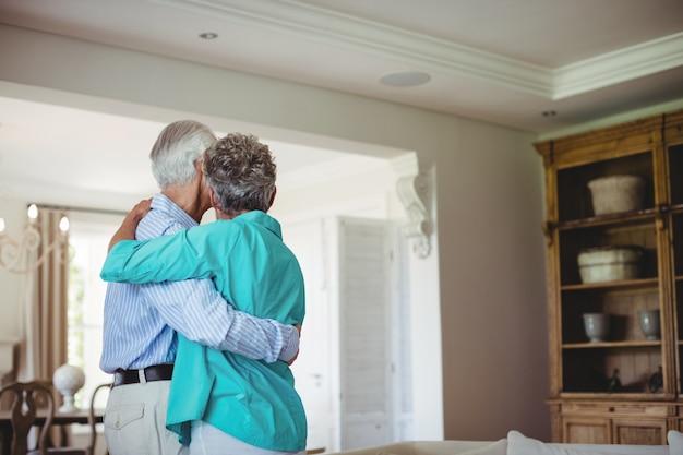 Starsza Para Tanczy Wpólnie W żywym Pokoju Premium Zdjęcia