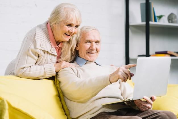 Starsza para używa laptop Darmowe Zdjęcia