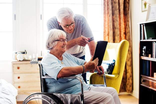 Starsza para używa pastylkę Premium Zdjęcia