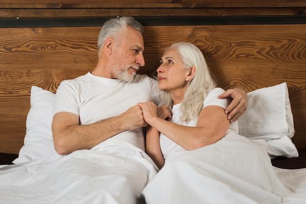 Starsza Para W łóżkowych Mienie Rękach Darmowe Zdjęcia
