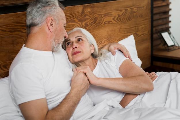Starsza Para W łóżku Na Walentynka Dniu Darmowe Zdjęcia
