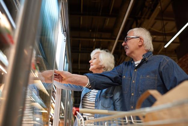 Starsza Para W Sklepie Spożywczym Premium Zdjęcia