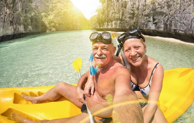 Starsza szczęśliwa para bierze selfie na kajaku przy dużą laguną w el nido palawan filipiny Premium Zdjęcia