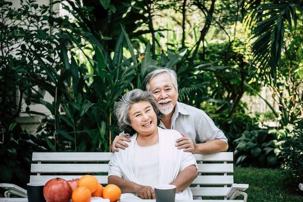 Starsze pary bawiące się i jedzące owoce Darmowe Zdjęcia