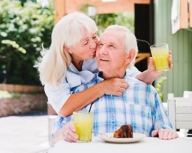 Starsze pary mają śniadanie na zewnątrz Darmowe Zdjęcia