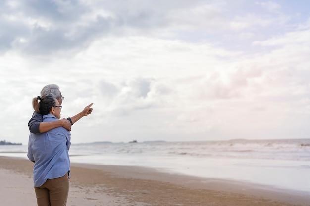 Starsze pary objęły morze Premium Zdjęcia