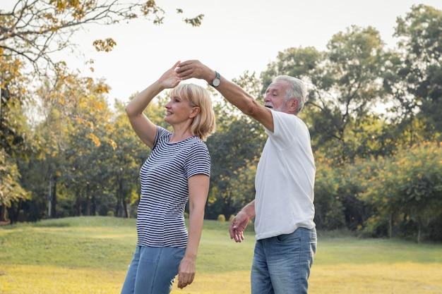 Starsze Pary Tańczą Razem W Parku. Premium Zdjęcia