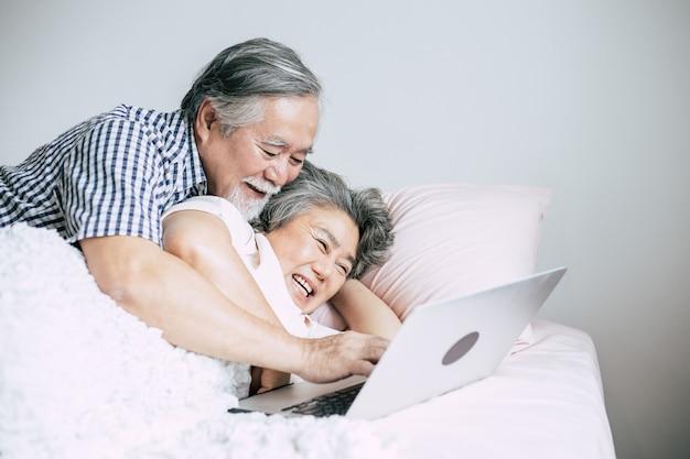 Starsze pary używa laptop w sypialni Darmowe Zdjęcia