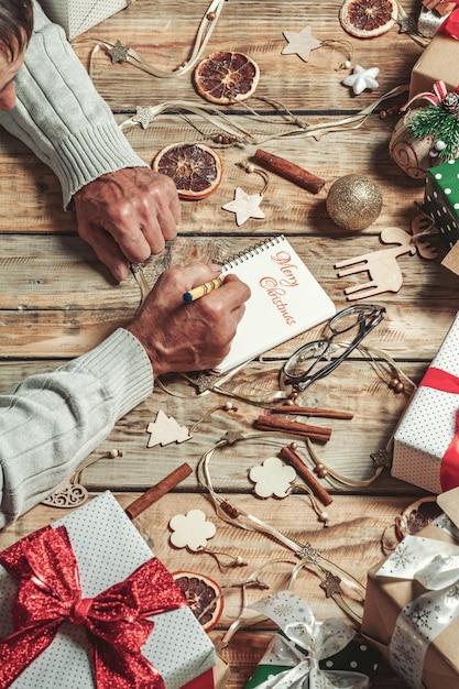 Starsze Ręce Seniora Pisanie Listu Do świętego Mikołaja Lub Wesołych świąt Premium Zdjęcia