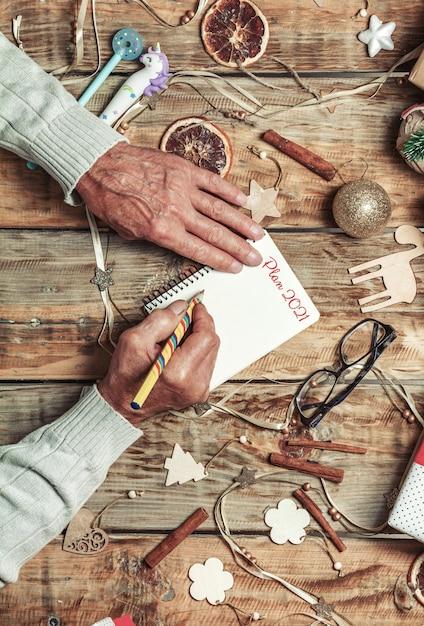 Starsze Ręce Seniorów Pisze Plan Na Następny Rok Lub List Do Mikołaja Premium Zdjęcia