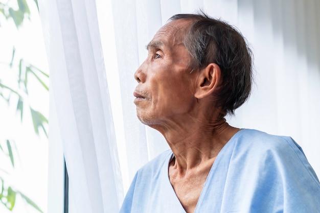 Starszego Mężczyzna Cierpliwy Główkowanie I Sen O życiu Na łóżku Szpitalnym. Premium Zdjęcia