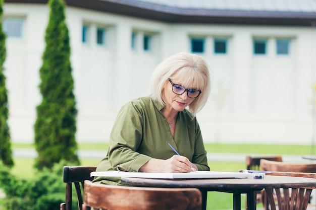 Starszy Biznes Kobieta Siedzi Na Krześle Premium Zdjęcia