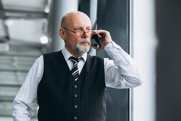 Starszy Biznesmen Opowiada Na Telefonie Przy Biurem Darmowe Zdjęcia