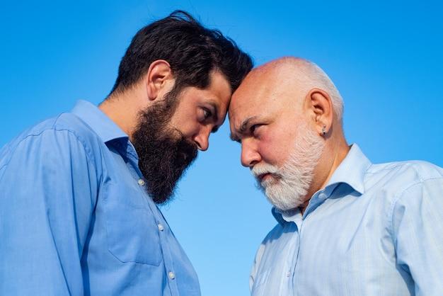 Starszy Emeryt I Syn Hipster. Dwa Pokolenia - Weekend Razem. Ojciec I Syn Relaksują Się Premium Zdjęcia