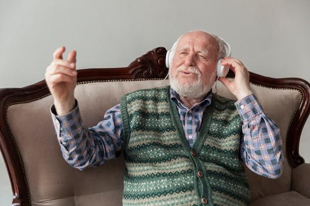 Starszy Kąt Słuchania I śpiewania Muzyki Darmowe Zdjęcia