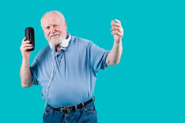 Starszy Kąt Z Głośników Słuchania Muzyki Darmowe Zdjęcia
