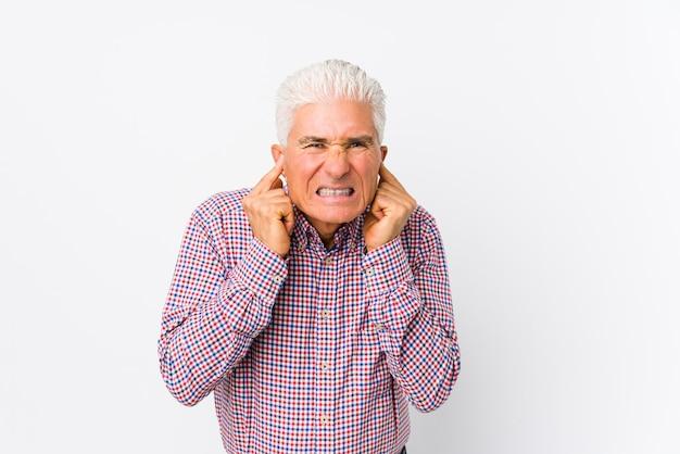 Starszy Kaukaski Mężczyzna Obejmujące Uszy Rękami. Premium Zdjęcia