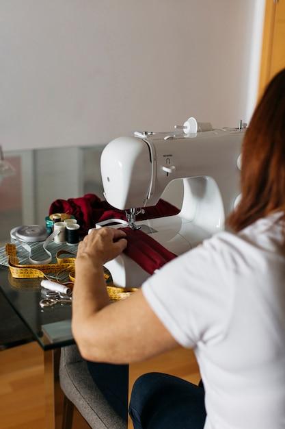 Starszy Kobieta Do Szycia Tkaniny Maski Na Twarz Dla Rodziny I Przyjaciół Darmowe Zdjęcia