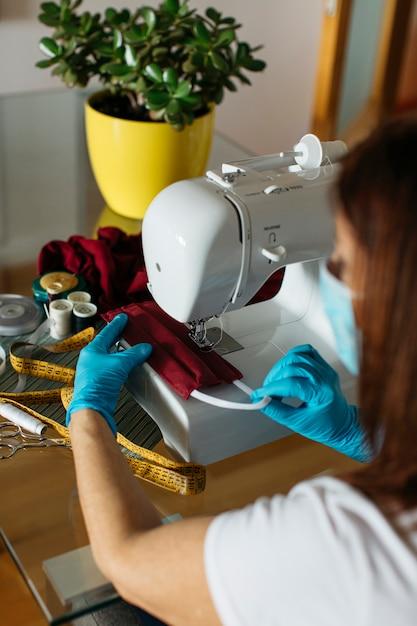 Starszy Kobieta Do Szycia Tkaniny Maski Na Twarz Do Darowizny Darmowe Zdjęcia