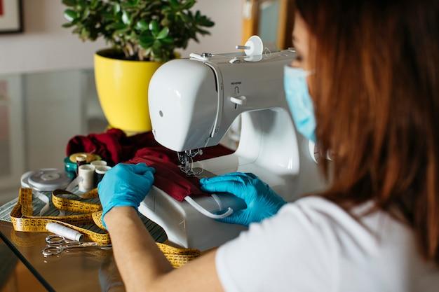 Starszy Kobieta Do Szycia Za Pomocą Maski Tkaniny Tkaniny Twarzy Darmowe Zdjęcia
