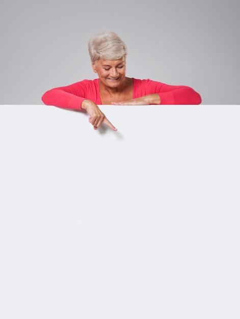 Starszy Kobieta Zerkające Na Tablicy Darmowe Zdjęcia