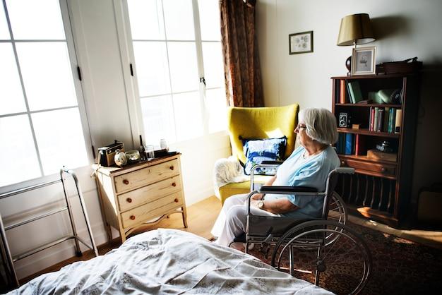 Starszy Kobiety Obsiadanie Na Wózku Inwalidzkim Samotnie Premium Zdjęcia