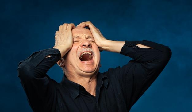 Starszy Mężczyzna Cierpi Na Ból Głowy. Premium Zdjęcia