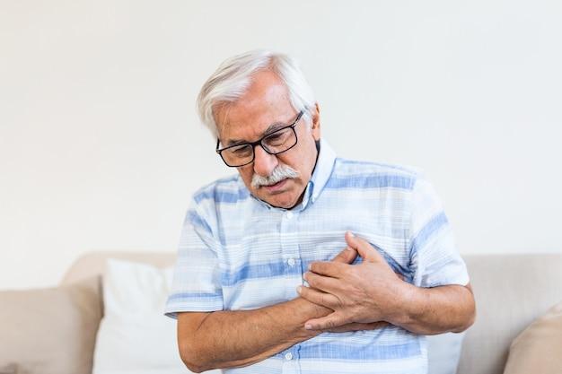 Starszy Mężczyzna Cierpi Na Ból W Klatce Piersiowej Premium Zdjęcia