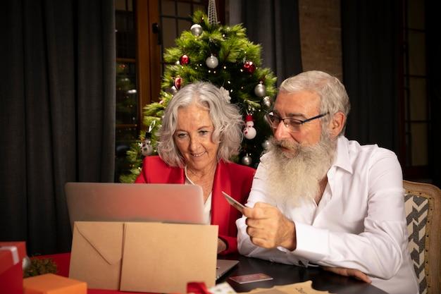 Starszy Mężczyzna I Kobieta Razem Na Boże Narodzenie Darmowe Zdjęcia