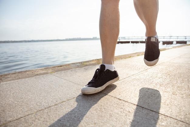 Starszy Mężczyzna Jako Biegacz Z Opaską Lub Trackerem Fitness Nad Rzeką Darmowe Zdjęcia