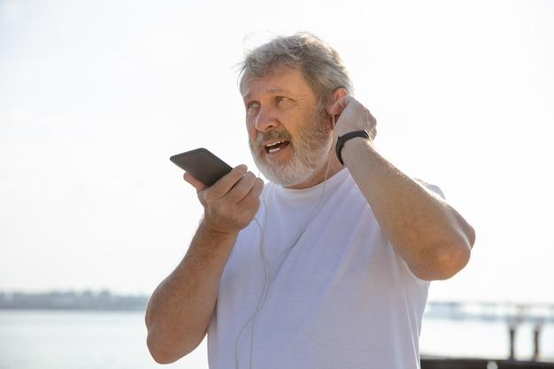 Starszy Mężczyzna Jako Biegacz Z Trackerem Fitness Nad Rzeką Darmowe Zdjęcia