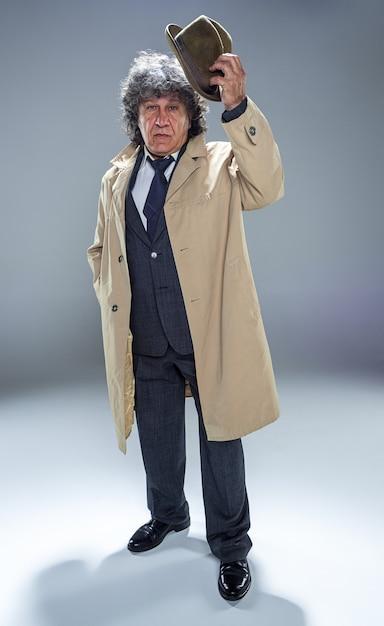 Starszy Mężczyzna Jako Detektyw Lub Szef Mafii Na Szarym Tle Studia Darmowe Zdjęcia