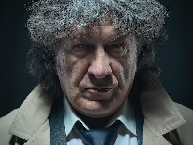 Starszy Mężczyzna Jako Detektyw Lub Szef Mafii W Szarym Studio Darmowe Zdjęcia