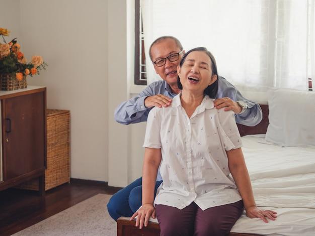 Starszy Mężczyzna Masuje Ramiona Starszej Kobiecie Premium Zdjęcia
