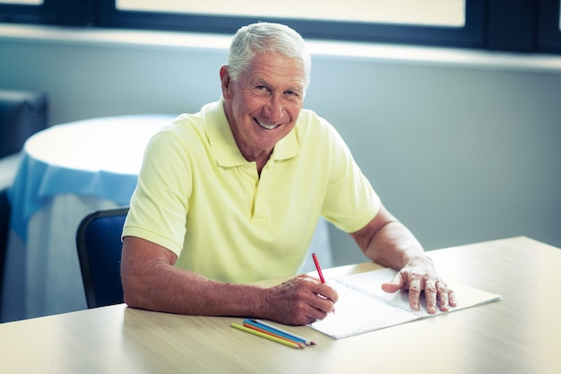 Starszy Mężczyzna Rysunek Ołówkiem W Rysunek Książki Premium Zdjęcia