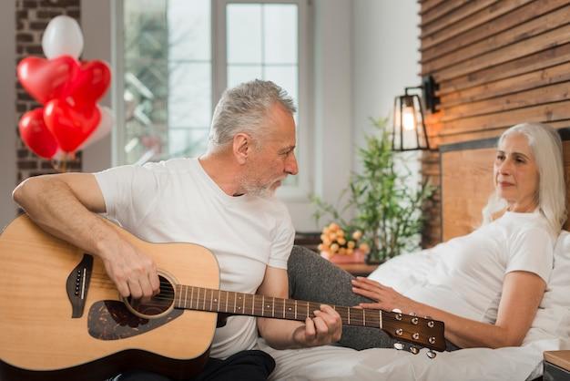 Starszy Mężczyzna Serenading żony Na Walentynki Darmowe Zdjęcia