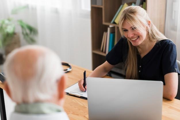 Starszy Mężczyzna W Domu Opieki Jest Sprawdzany Przez Pielęgniarkę Darmowe Zdjęcia