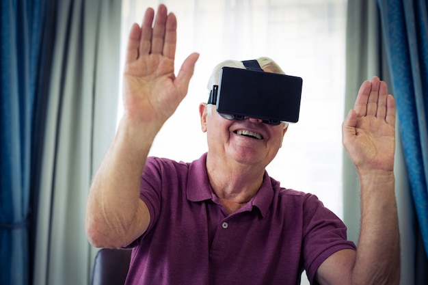 Starszy Mężczyzna W Okularach Wirtualnych Premium Zdjęcia
