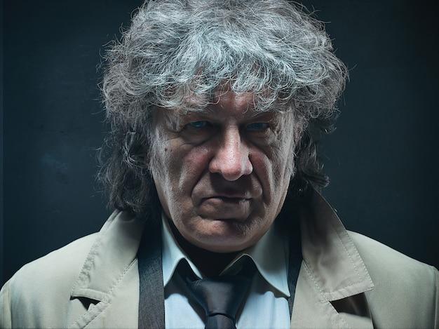 Starszy Mężczyzna W Płaszczu Jako Szef Detektywa Lub Mafii. Darmowe Zdjęcia