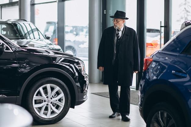 Starszy Mężczyzna Wybiera Samochód W Samochodowej Sala Wystawowej Darmowe Zdjęcia