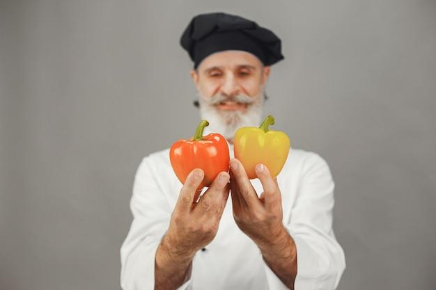 Starszy Mężczyzna Z Czerwonym I żółtym Pieprzem. Profesjonalne Podejście Do Biznesu. Darmowe Zdjęcia