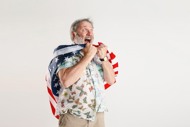Starszy Mężczyzna Z Flagą Stanów Zjednoczonych Ameryki Darmowe Zdjęcia