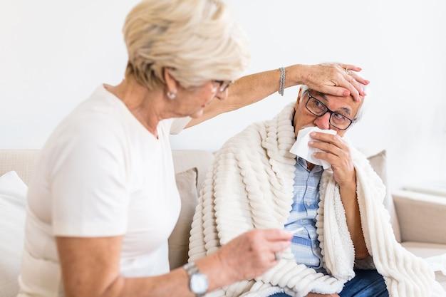 Starszy Mężczyzna Z Grypą I Katarem Premium Zdjęcia