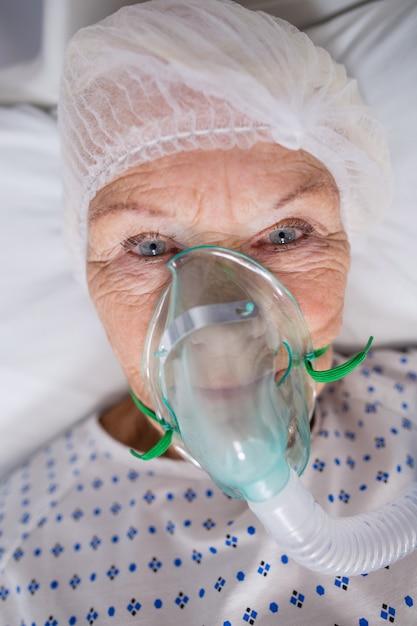 Starszy Pacjent Jest Ubranym Maski Tlenowej Lying On The Beach Na łóżku Szpitalnym Darmowe Zdjęcia