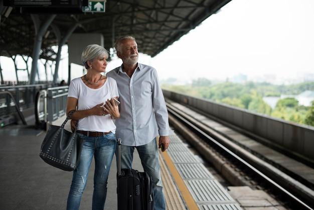 Starszy Para Podróżujących Dworzec Kolejowy Darmowe Zdjęcia